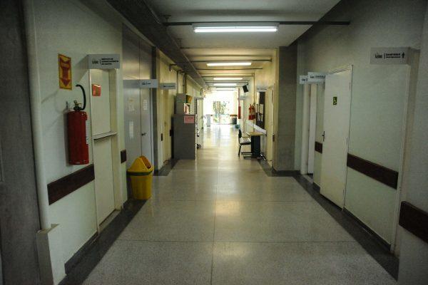 Foto panorâmica do bloco 1, à esquerda o Serviço de Gerenciamento de ados e salas de aulas. À direita sanitários masculino, feminino e PCD; Serviço de Prontuário e salas de aula.