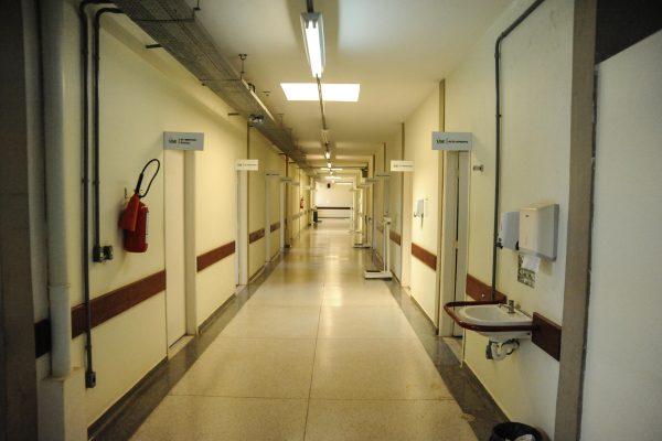 Foto panorâmica do bloco 2, tanto à esquerda quanto à direita há salas de atendimento.