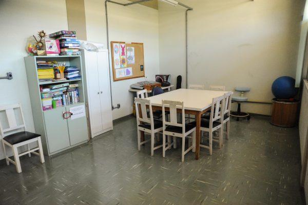 Sala com uma mesa e cadeiras, em geral usada para atendimento coletivo.