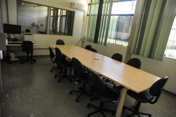 Sala de reunião da equipe multiprofissional. Ela possui uma mesa grande e várias cadeiras.