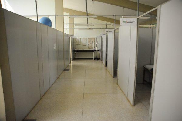 Foto panorâmica do corredor com as salas de atendimento individual.
