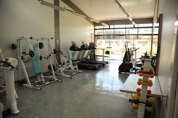 Ginásio com vários equipamentos de musculação.