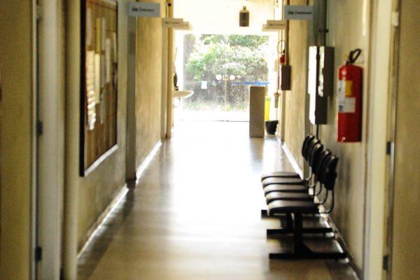 Foto panorâmica do corredor de acesso ao bloco.