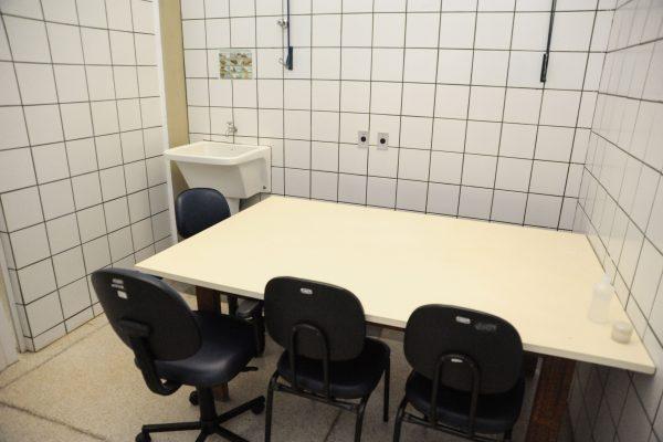 Oficina ortopédica tanque e mesa.
