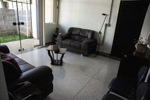 Ambiente de Vida Diária. Sala com sofá.