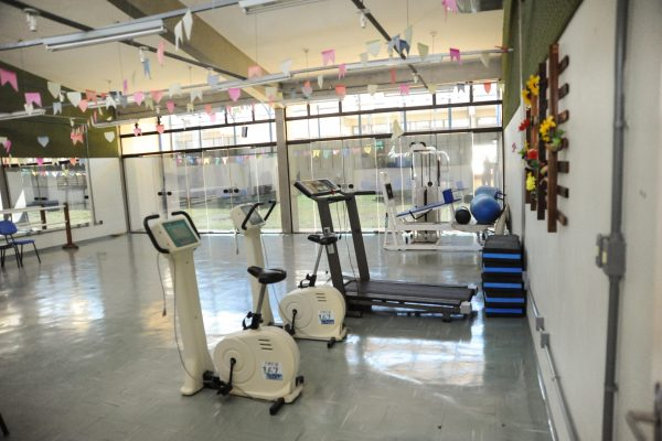 Ginásio Interdisciplinar com esteira, bicicleta ergométrica e equipamentos de ginástica.
