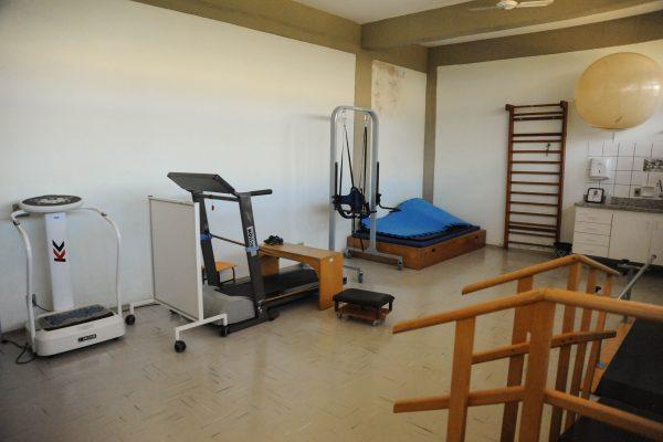 Sala de atendimento interdisciplinar com esteira e demais equipamentos.