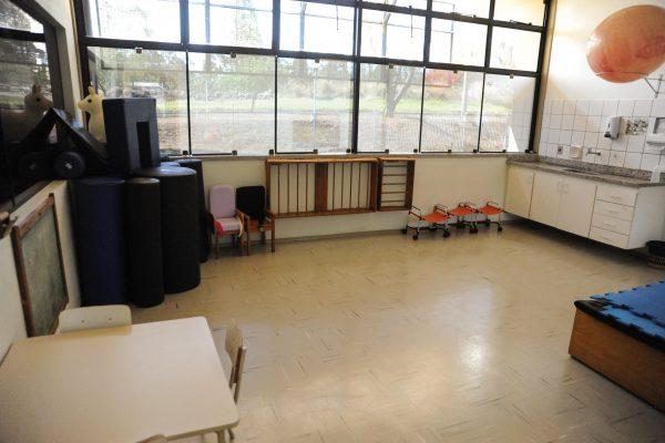 Sala de atendimento interdisciplinar com pia e demais acessórios.