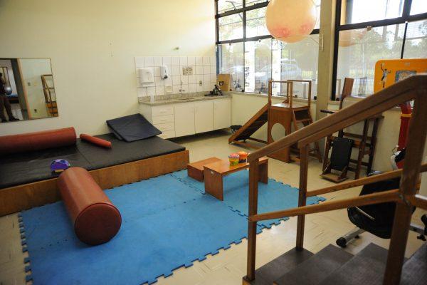 Sala de atendimento interdisciplinar com equipamentos diversos.