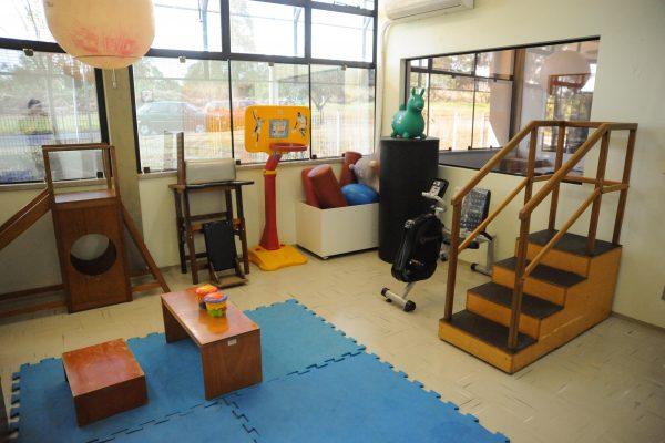 Sala de atendimento interdisciplinar com equipamento diversos exibida de outro ângulo.